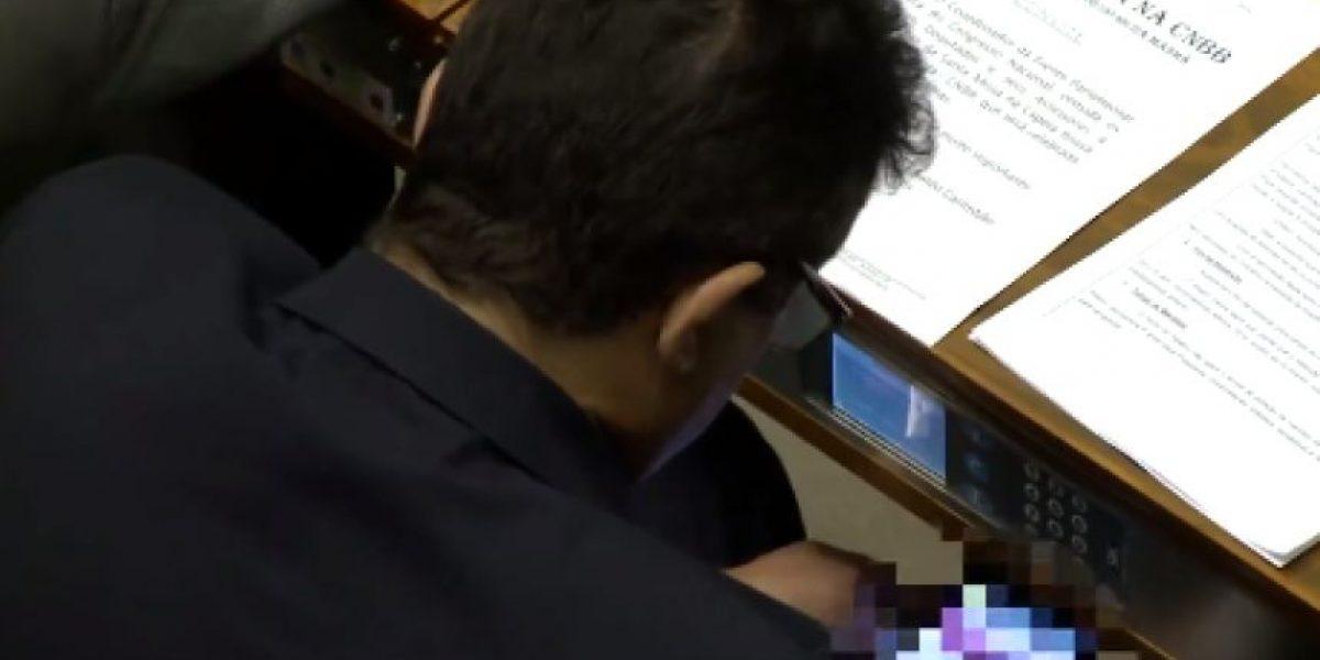 VIDEO: Pillan político viendo cine para adultos en plena votación