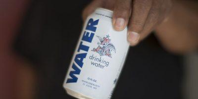 La empresa cervecera Anheuser-Busch, esta semana detuvo la producción de su fábrica en Georgia, Estados Unidos, para producir agua potable. Foto:Getty Images