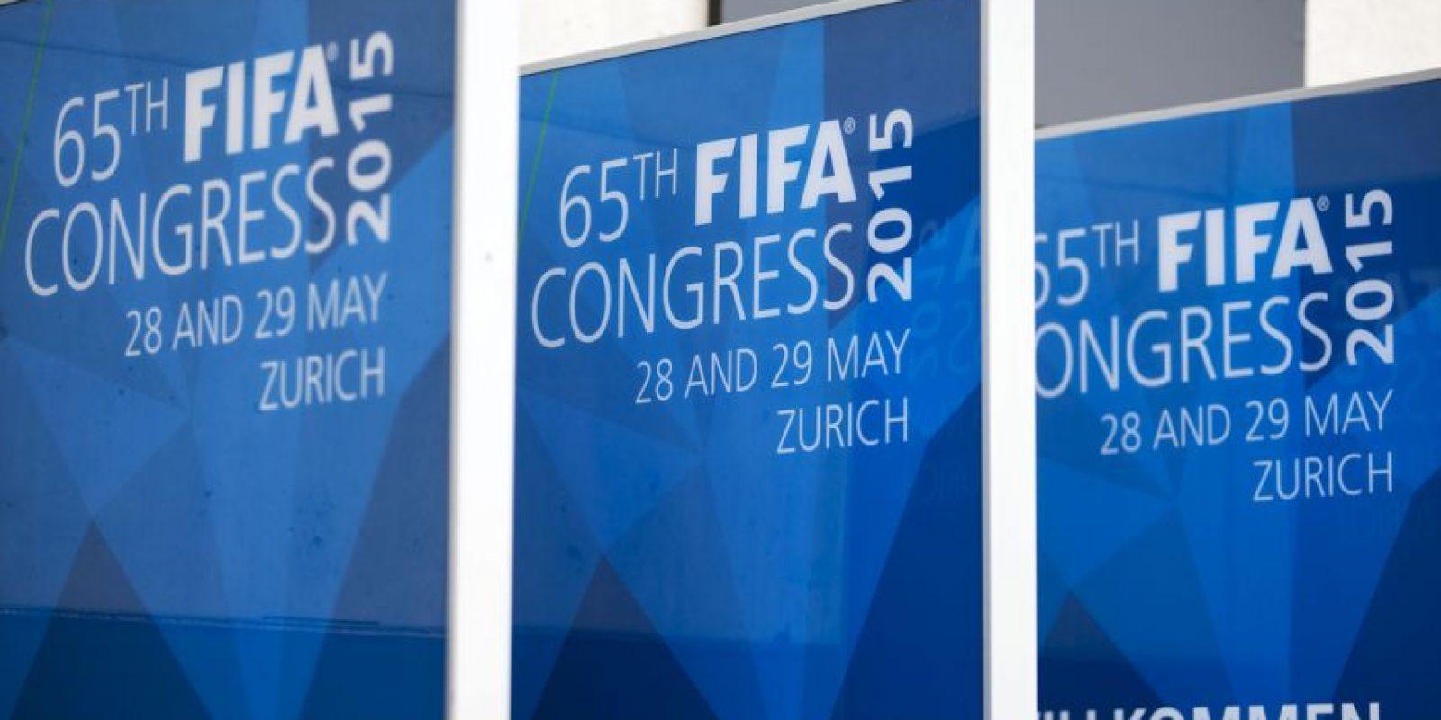 La administración de Joseph Blatter se volvió a manchar. La detención de siete altos funcionarios de la FIFA acusados de corrupción pone en tela de juicio la limpieza con la que se maneja el fútbol mundial. Foto:Getty Images