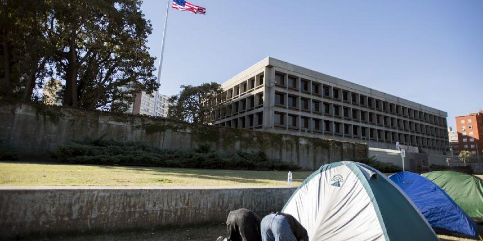 Los refugiados de la cárcel de Guantánamo en Uruguay se manifestaron en la embajada estadounidense para pedir apoyo económico. Foto:AP