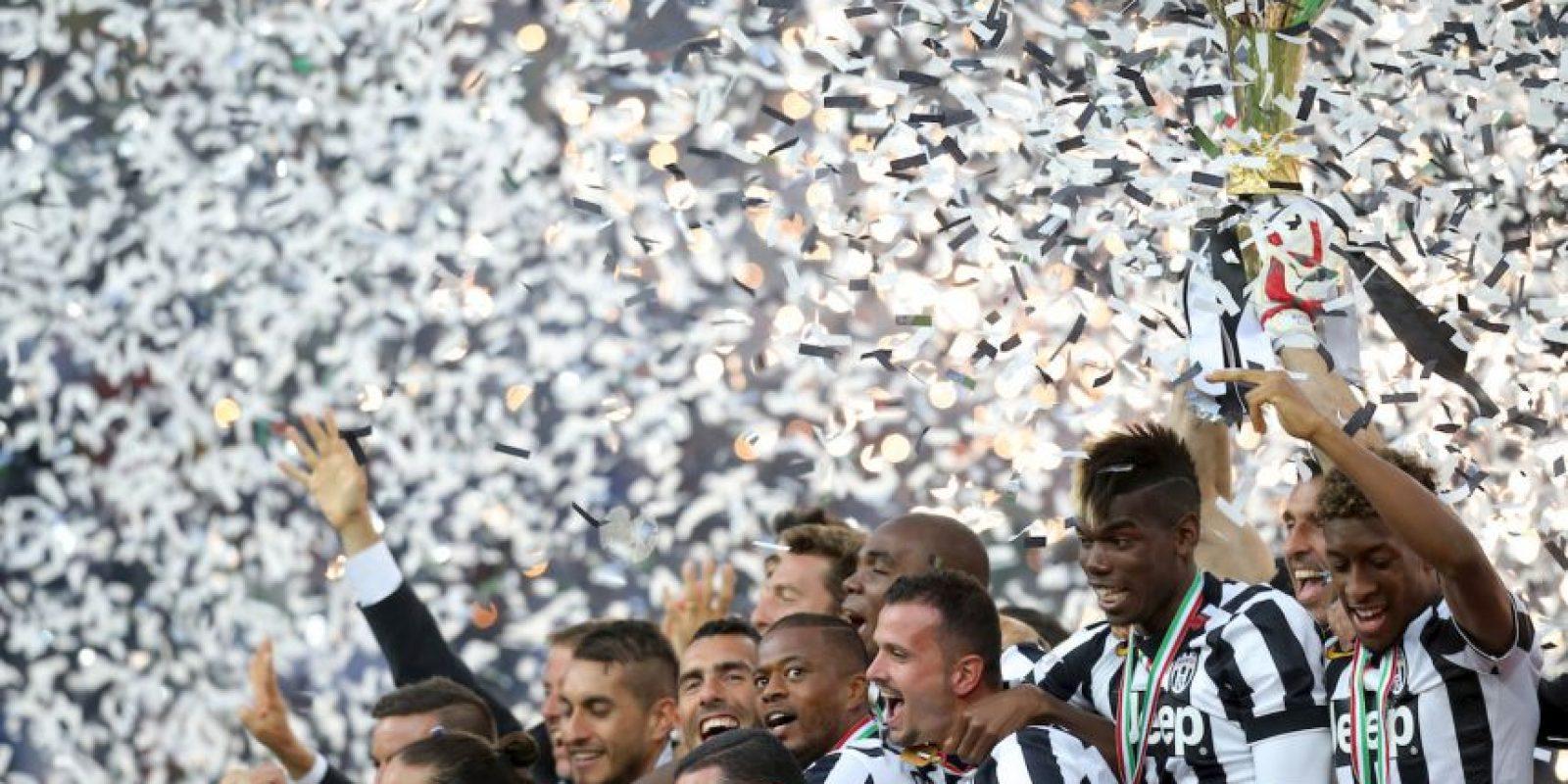 Jugadores de la Juventus 'celebran con el trofeo de la Liga italiana. Foto:AFP