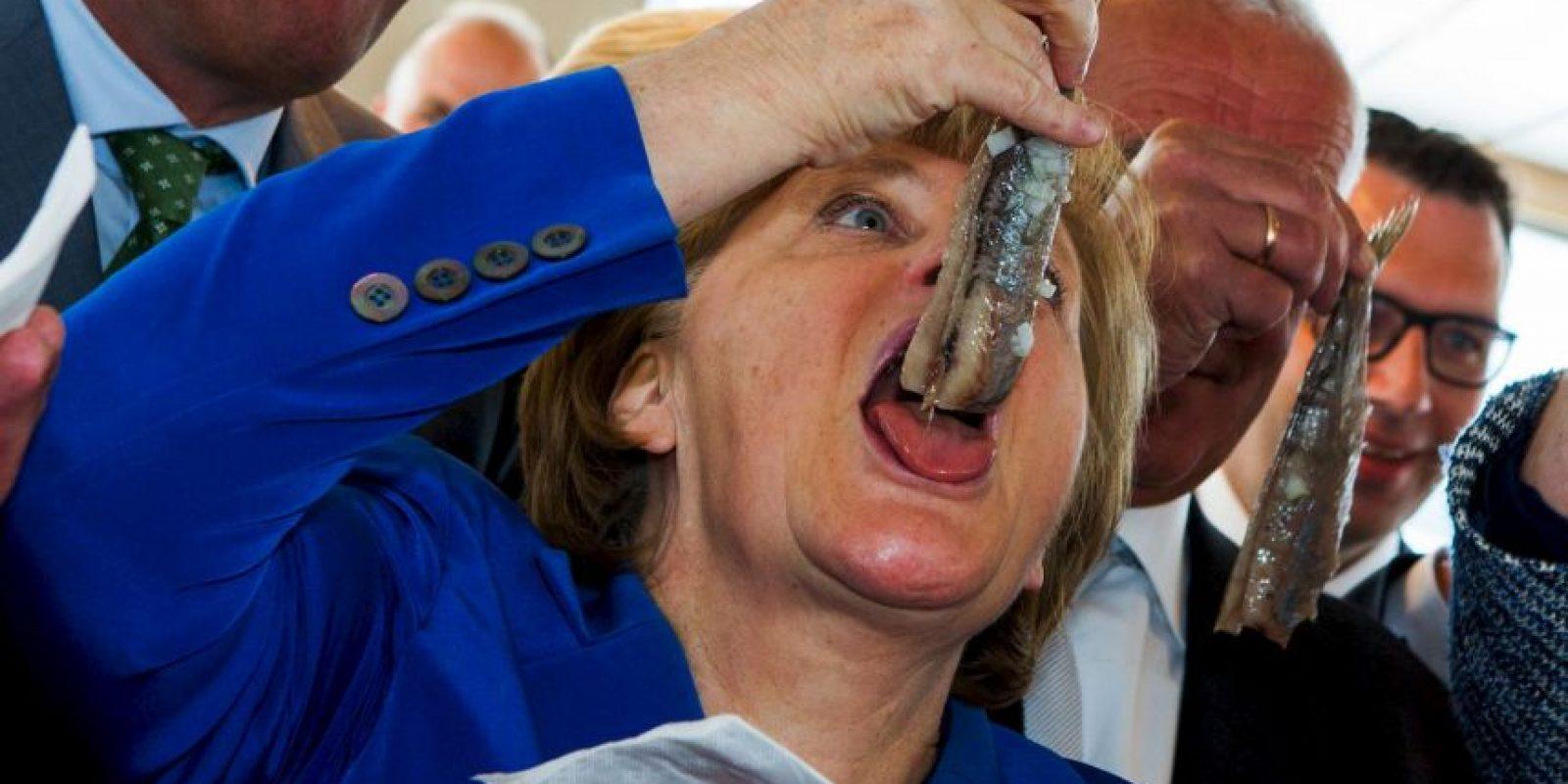 La canciller alemana, Angela Merkel, se come un arenque en Alemania. Foto:AFP
