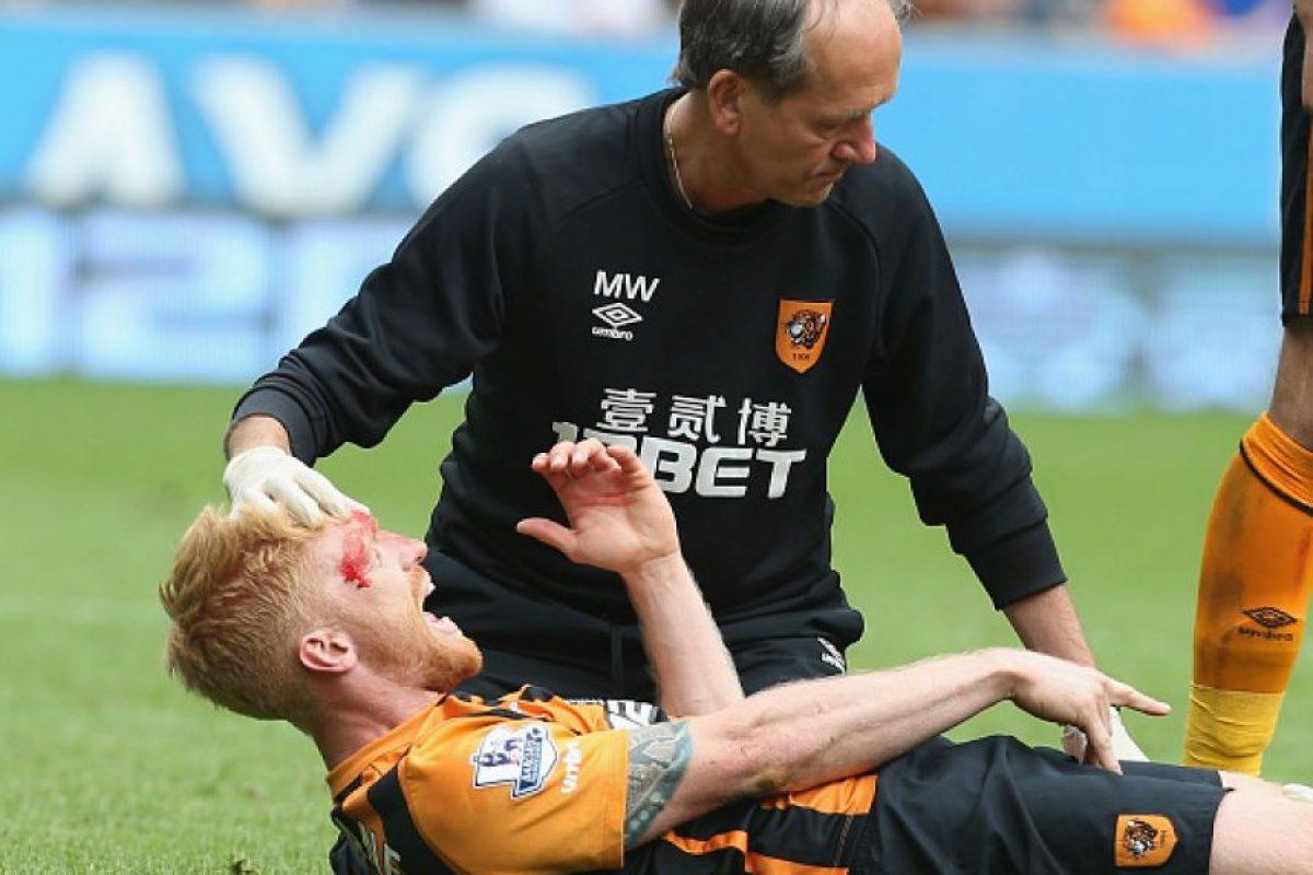 El jugador fue herido por esta acción y de inmediato recibió atención médica. Foto:Getty Images