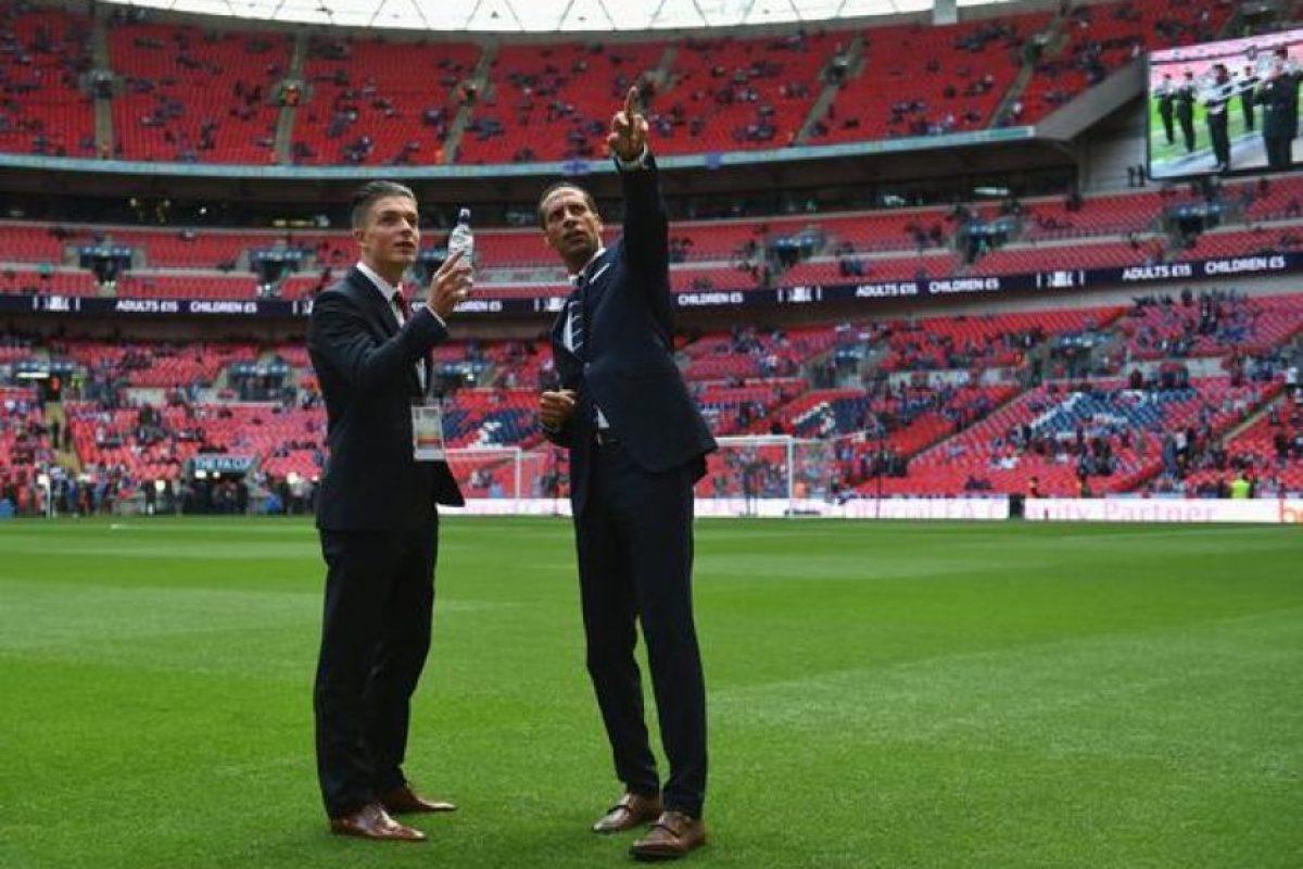 Jack Grealish con el hoy retirado Rio Ferdinand. Foto:Vía twitter.com/AVFCOfficial