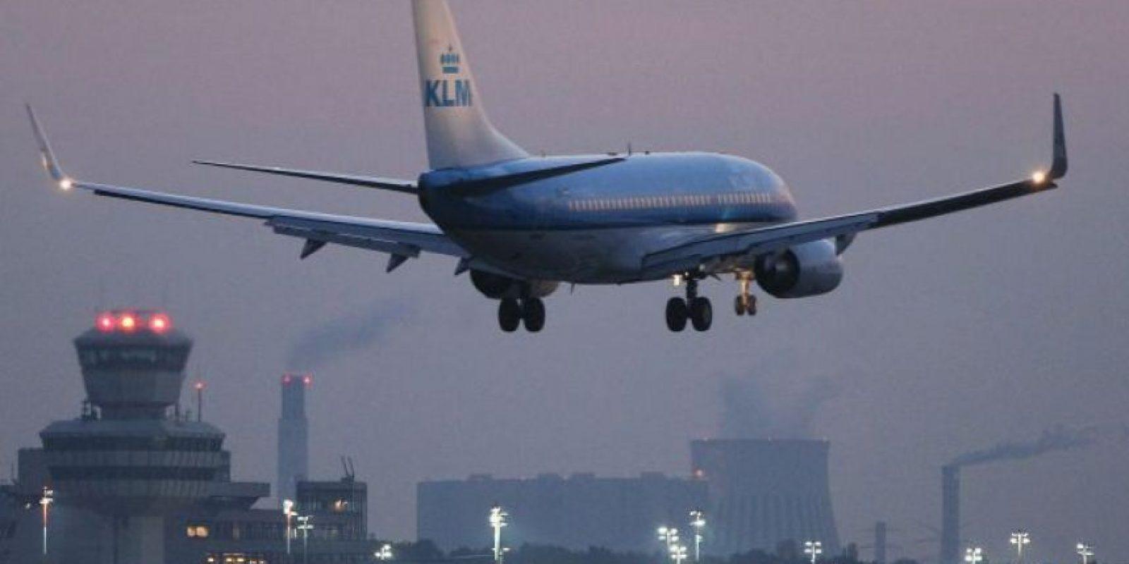"""""""Estaba bromeando"""", se escucha que dice en un video que se publicó en las redes sociales. """"¡No soy de África!"""", prosiguió mientras caminaba con los agentes por el pasillo del avión. Foto:vía Getty Images"""