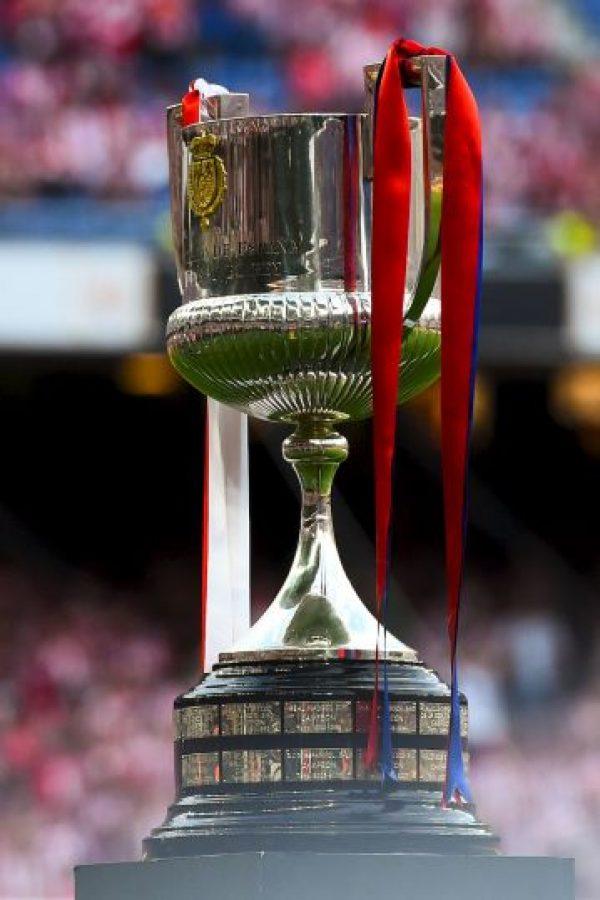 Como cada final, el trofeo es adornado con los colores de los equipos participantes: azul y rojo por el Barcelona, rojo y blanco por el Athletic. Foto:AFP