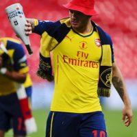 Jack Wilshere prefirió celebrar con champán. Foto:Getty Images
