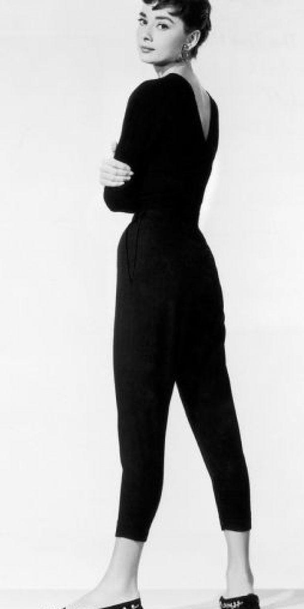 Quizás una palabra muy importante: chic. Hepburn, para la década de los 50 y comienzos de los años 60 era ícono de moda por su figura espigada y sobriedad. Foto:vía Getty Images