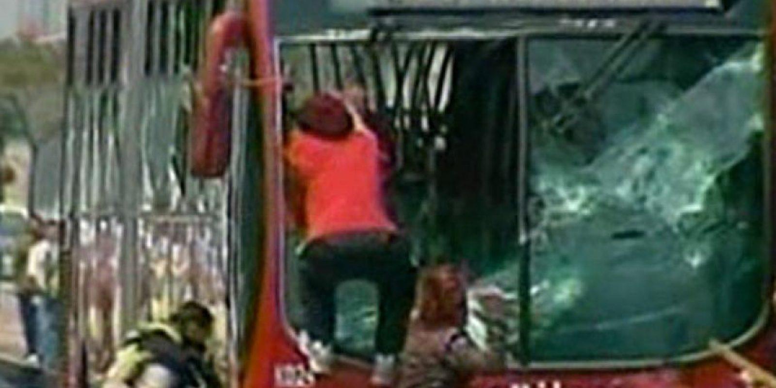 Tras una protesta en el San Andresito de la 38, varios jóvenes destruyeron un bus.
