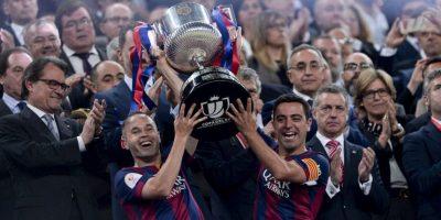 El momento especial: Xavi e Iniesta, los capitanes del Barça, levantaron la Copa. Foto:AFP