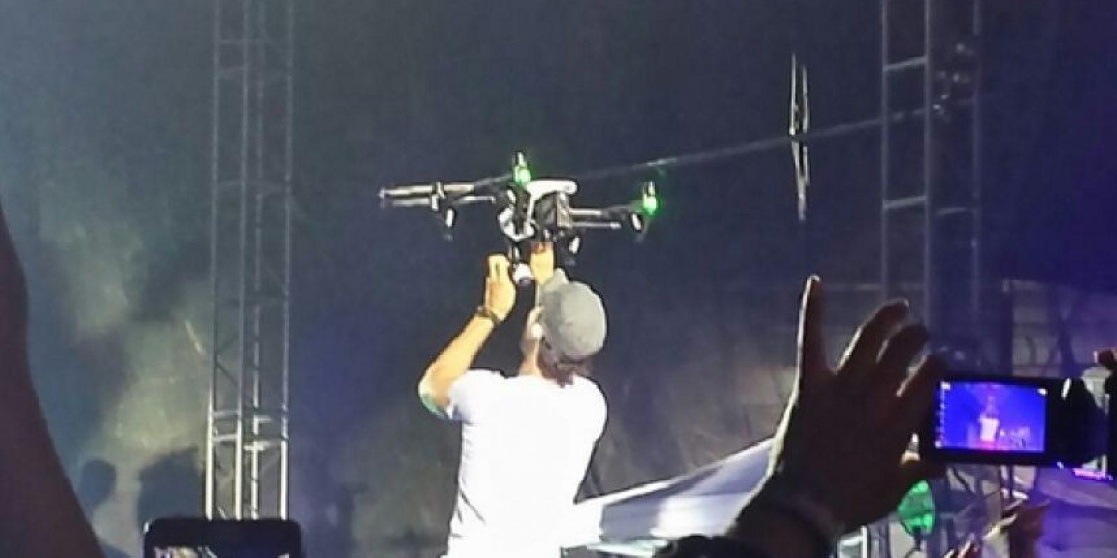 Al tratar de tomar el dron con sus manos, las hélices cortaron dos dedos del artista Foto:Twitter – @mirosawasawecka