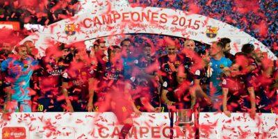 Juntos, la plantilla del Barça, levantaron el trofeo. Foto:Getty Images