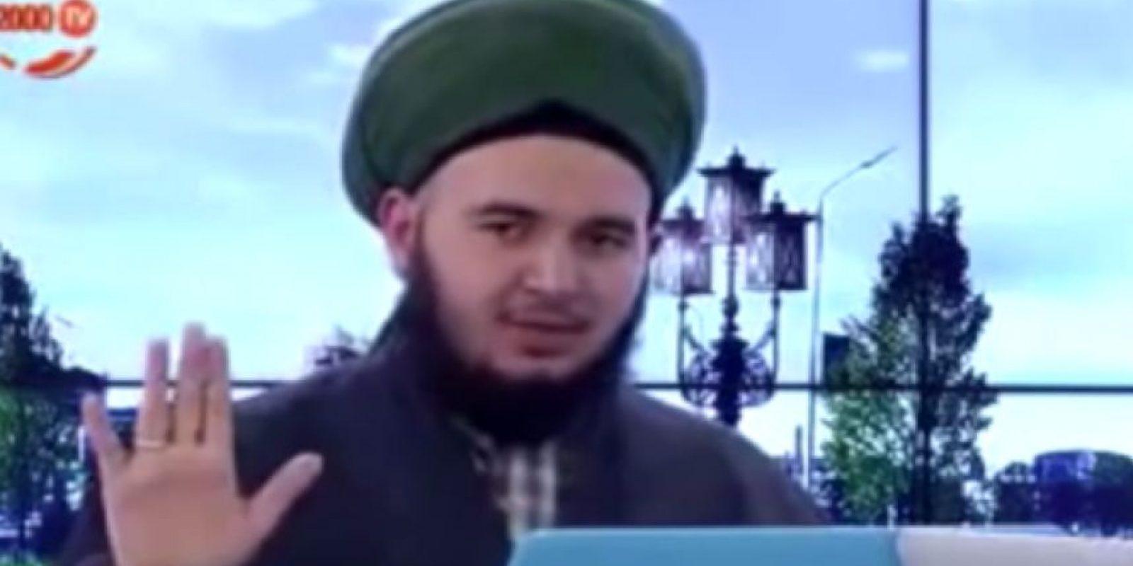 """El líder musulmán de origen turco, Mücahid Mihad San, ahora es ridiculizado por decir que la masturbación """"dejaría embarazadas las manos en el más allá"""". Foto:vía Youtube"""