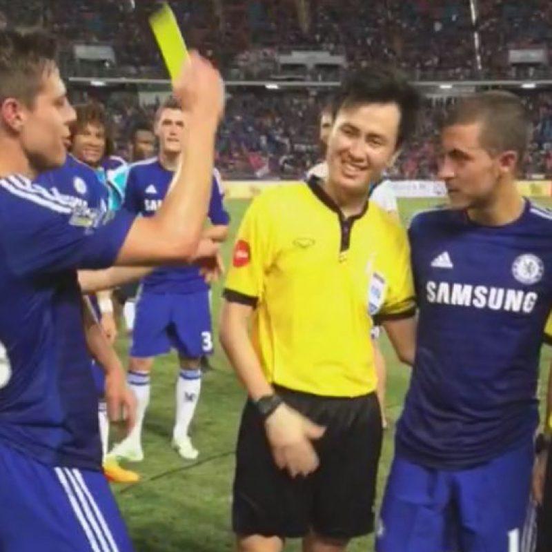 Ante esto, el defensa español César Azpilicueta se dio tiempo de bromear con ellos. Foto:chelseafc.com