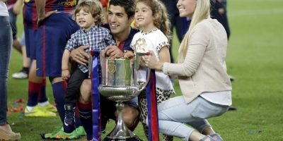 """Luis Suárez, su esposa Sofía y sus hijos se tomaron la """"foto"""" del recuerdo con la Copa del Rey. Foto:AP"""