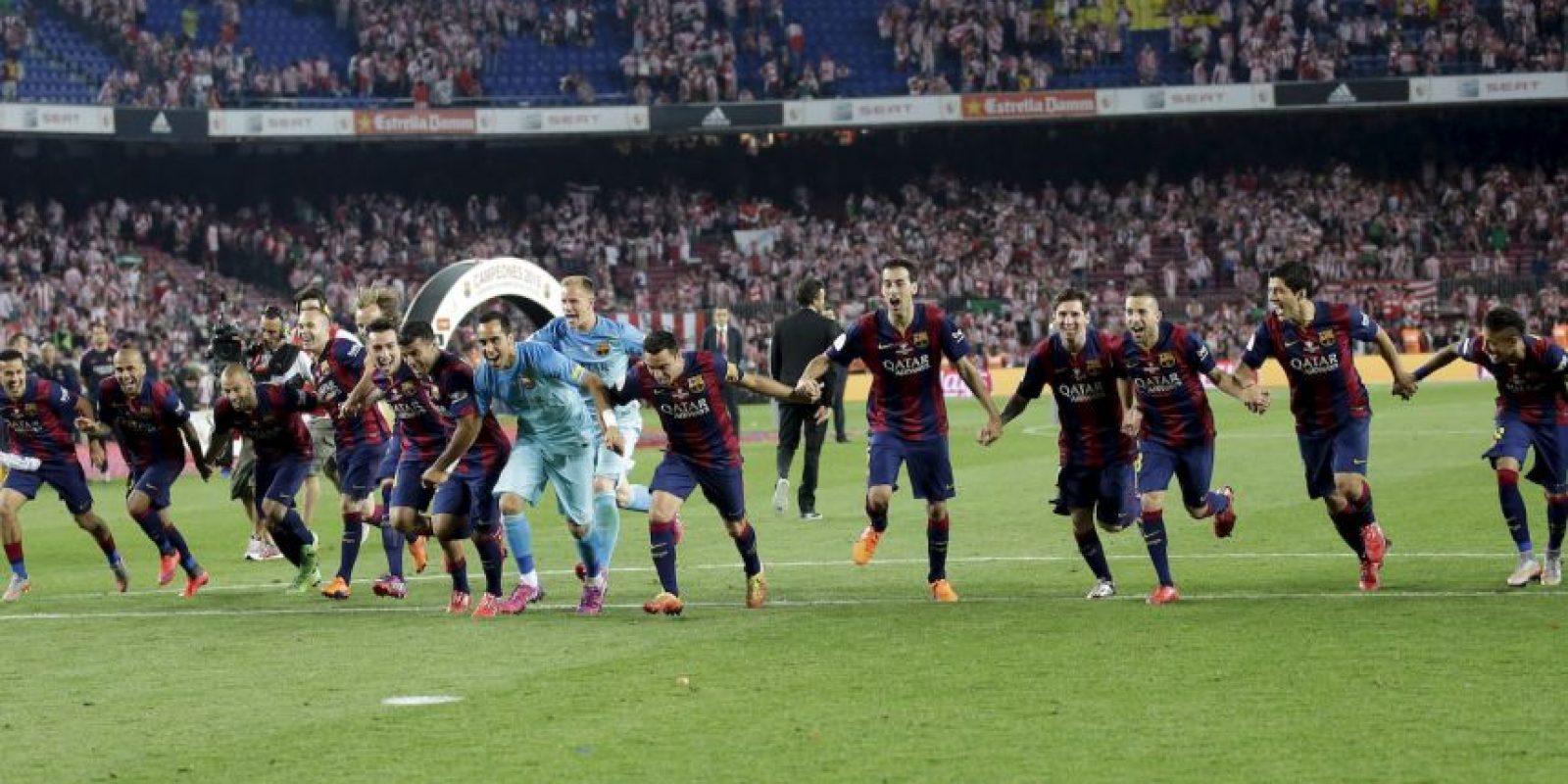 Con el trofeo en la cancha, llegó el momento de celebrar. Foto:AP
