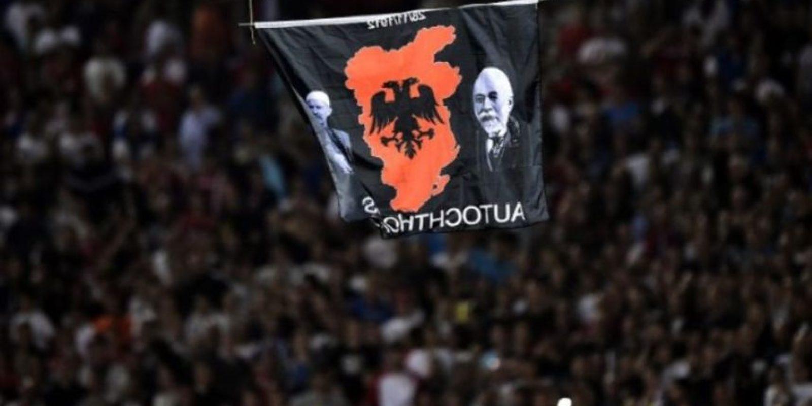 Al hacerlo, fue empujado por futbolistas rivales, originó una batalla campal y el árbitro suspendió el encuentro. Foto:AFP