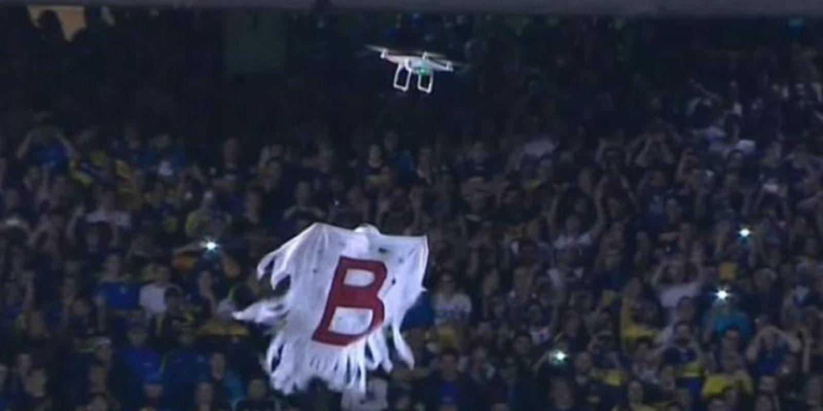 """Aficionados de Boca Juniors volaron un drone con una bandera para recordarle a River Plate su paso por la """"Primera B Nacional"""", la división de ascenso en el fútbol argentino. Foto:Vía twitter.com"""