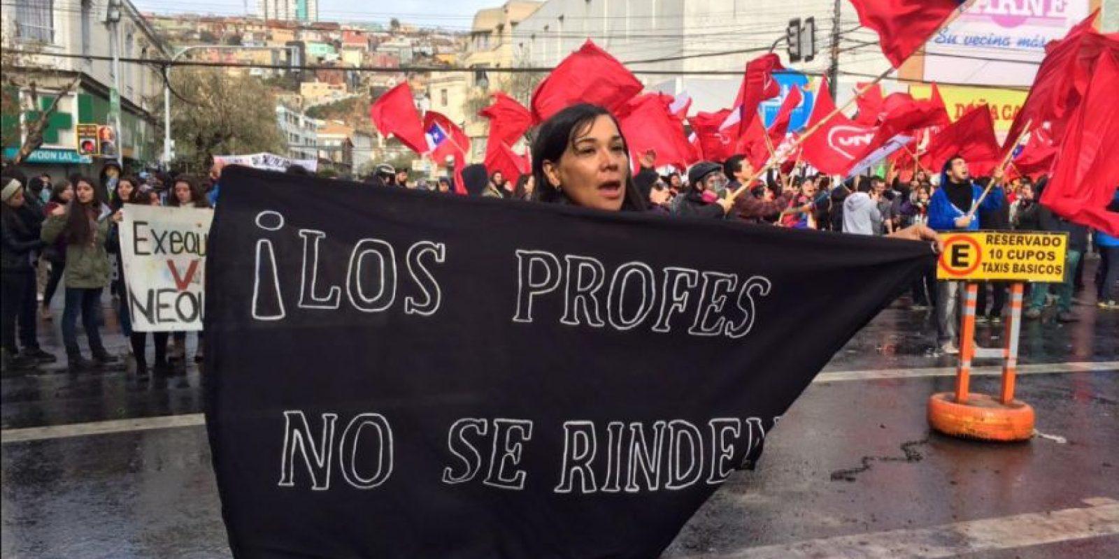 Además, quieren que el gobierno aumente la remuneración de las horas no lectivas. Foto:Vía Twitter @cacerolachilena