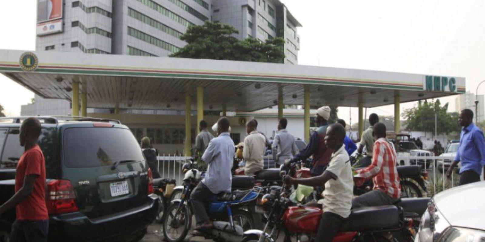 Un camión cisterna de gasolina fuera de control estalló en una estación de autobuses, dejando al menos 69 personas muertas. Foto:AP