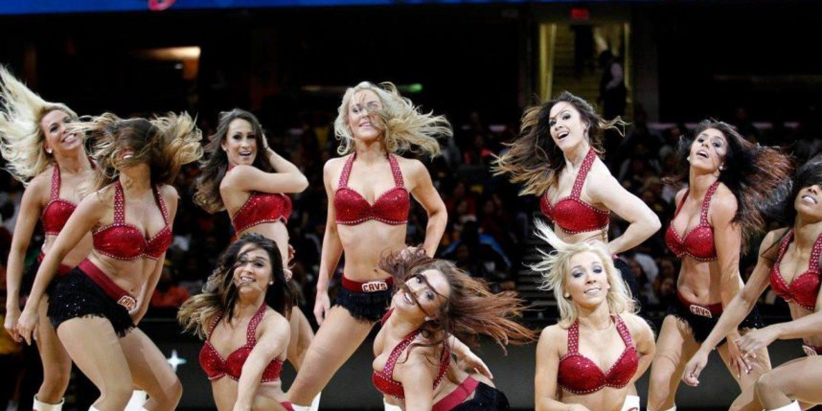 """Las """"Cleveland Cavalier Girls"""" con el grupo de animación de los Cleveland Cavaliers de la NBA. Foto:facebook.com/CavalierGirls"""