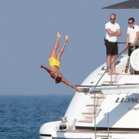 """""""CR7"""" mostró a sus acompañantes pasos de baile que inmortalizó Michael Jackson, se lanzó al mar, tomó fotos que posteó en las redes sociales y posó algunas de sus más famosas celebraciones. Foto:Grosby Group"""