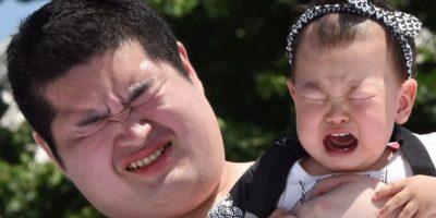 En Japón, luchadores de sumo hacen llorar a bebés. De acuerdo con la tradición, Foto:AFP
