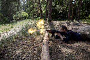 Un nacionalista ucraniano dispara en un campo de entrenamiento. Esta semana las tensiones entre Ucrania y Rusia se incrementaron Foto:AFP
