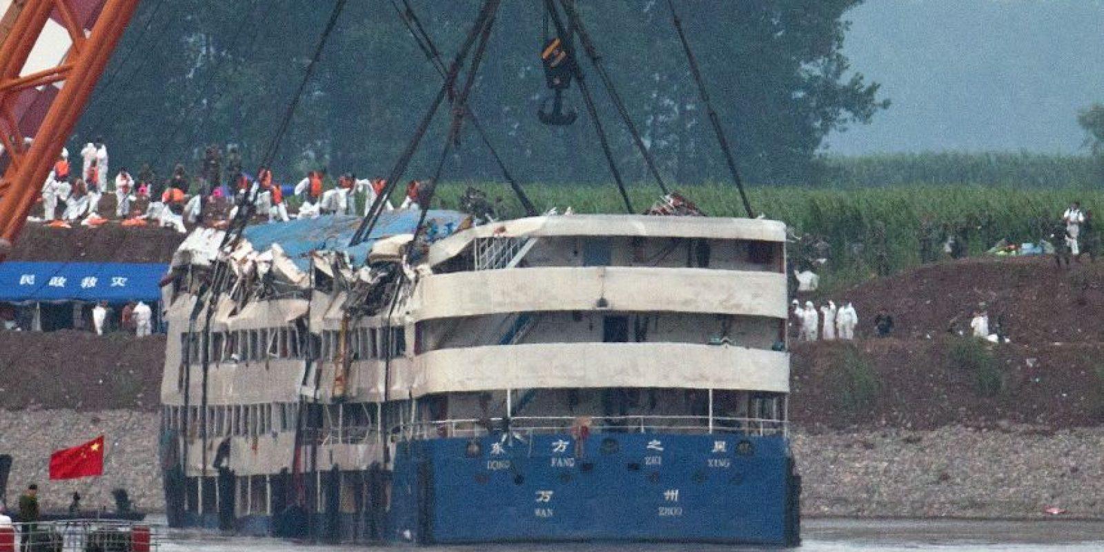Se preparan para drenar el agua del barco y ponerlo a flote. Foto:AP