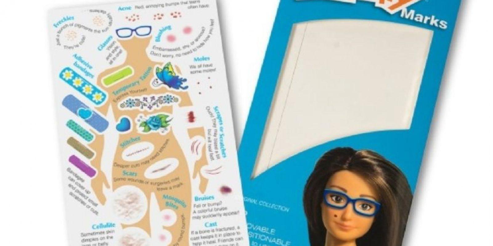 """""""Lammily"""" incluye unos stickers llamados """"marcas Lammily"""". Celulitis, estrías, acné, etc … nadie quiere hablar de ello porque la gente se avergüenza de tenerlo"""", explica Lamm que quiere traer estos """"defectos"""" normales en la corriente principal. Y añade: """"Recuerdo que Demi Lovato dijo por Twitter que ella quería que las muñecas tuvieran celulitis y un amigo mío sugirió que deberían también tener stickers de acné y todas las otras marcas"""". Foto:lammily.com"""