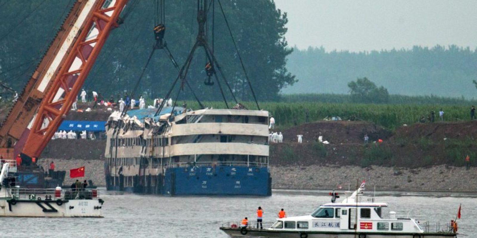 Equipos de rescate en China enderezan el barco hundido por un ciclón. Foto:AP