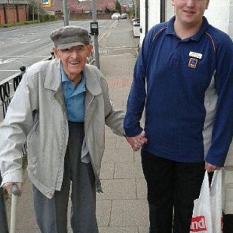Este joven ayudó a un anciano a llevar su compra hasta su casa. Foto:vía Facebook