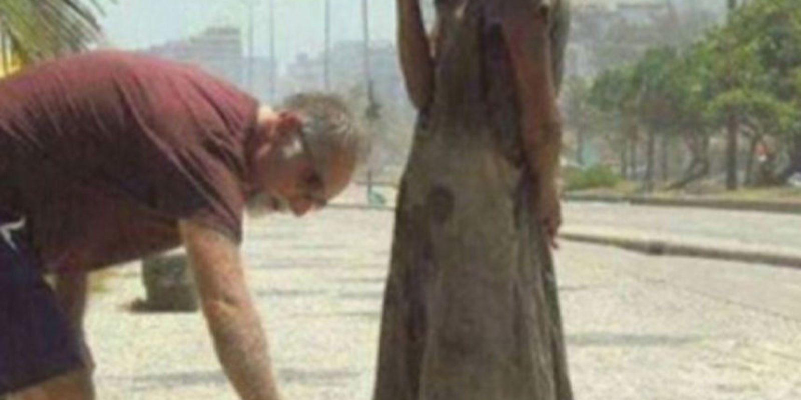 Este hombre da sus zapatos a una desposeída en Brasil. Foto:vía Tumblr