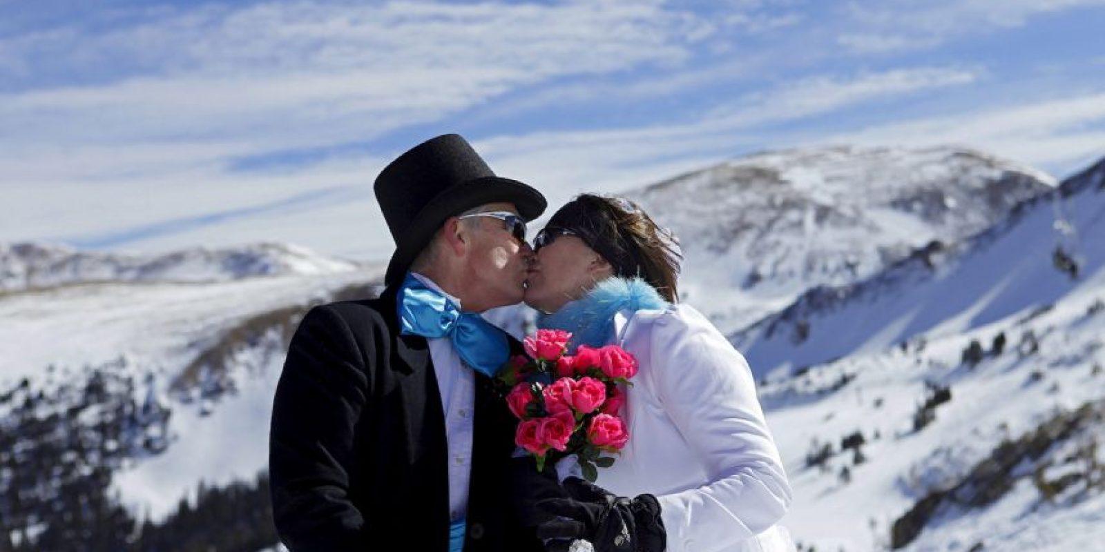 A las parejas felices les gusta y disfrutan verse juntos en público, suelen darse la mano, abrazarse o mostrar otro tipo de conexión amorosa. Foto:Getty Images