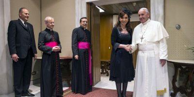 """Al momento de sacarse una fotografía juntos, la Presidenta le dijo al Papa: """"¡La manito!"""". Y lo tomó de la mano. Foto:AFP"""