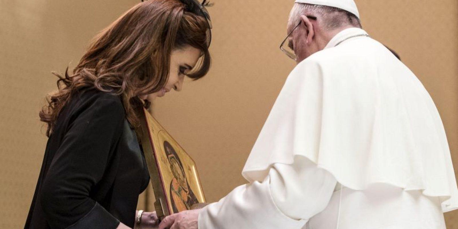 La jefa de Estado también le regaló dos bajorrelieves uno de la Virgen de Luján y otro del Papa. Foto:AFP