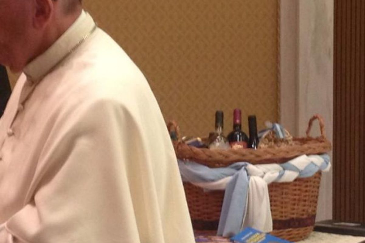 La presidenta le le regaló al pontífice una canasta con productos regionales .argentinos Foto:Vía Twitter @bettapique