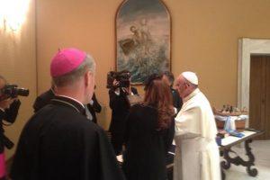 El Papa le regaló la presidenta un icono de la Virgen de la Ternura de la catedral de Vladimir. Foto:Vía Twitter @bettapique
