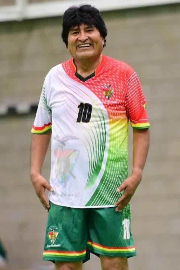 Evo Morales jugó fútbol previo a la Cumbre en Bruselas Foto:AFP