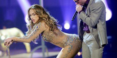 Durante el video, JLo. presumió sus curvas Foto:Getty Images
