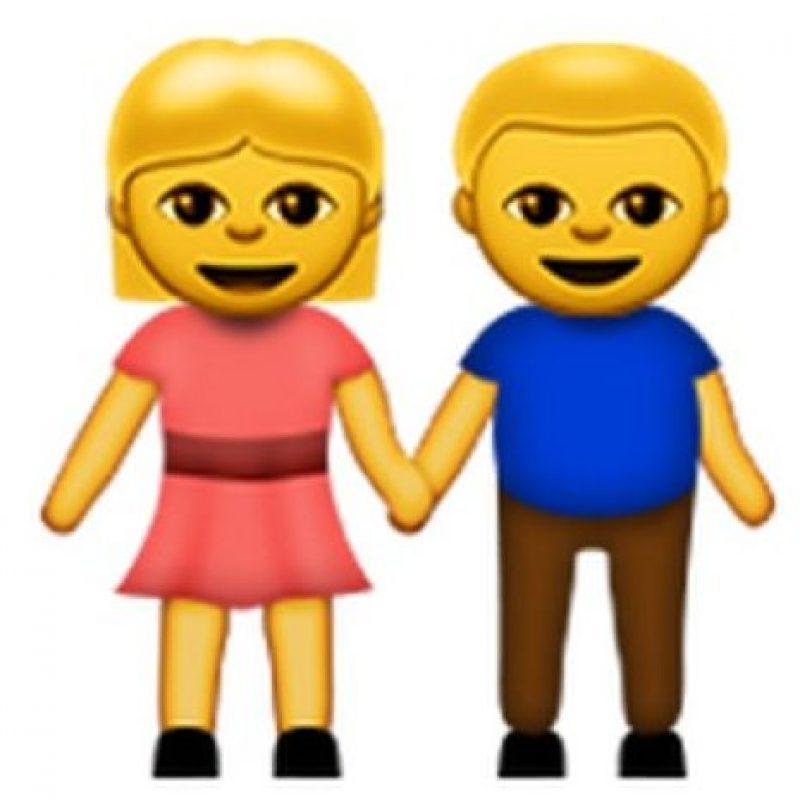 11) Una pareja tomada de la mano con rostros alegres por estar en una relación. Foto:emojipedia.org