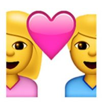 7) Una pareja de pie con un corazón entre los dos como símbolo de su amor. Foto:emojipedia.org