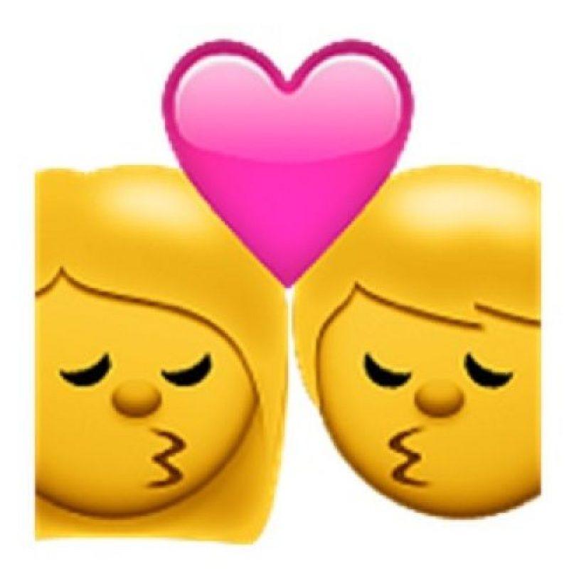 13) Un beso amoroso entre una pareja que tiene los ojos cerrados muestra de su enamoramiento. Foto:emojipedia.org