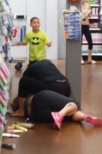 Ella enfrentaba a otra mujer en Wal-Mart. Foto:vía Youtube/Richard Marye