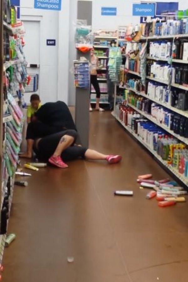 Este, ni corto ni perezoso, toma una botelal de shampú y ataca a la mujer. Foto:vía Youtube/Richard Marye