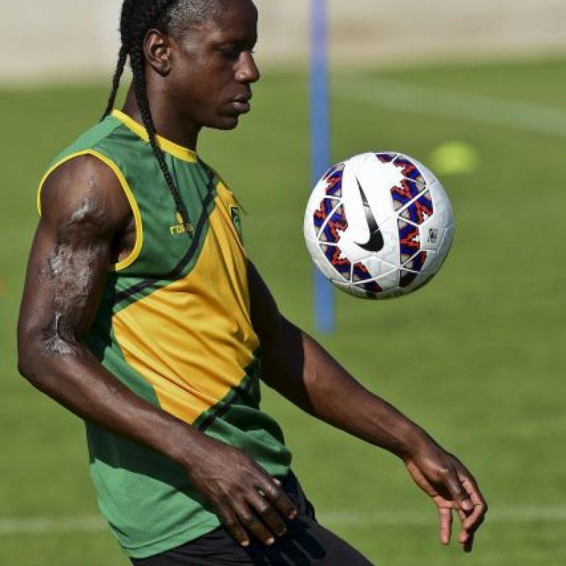 Este extravagante futbolista de Jamaica lleva el pelo rapado en la frente, y el resto, muy largo, trenzado. Foto:AFP