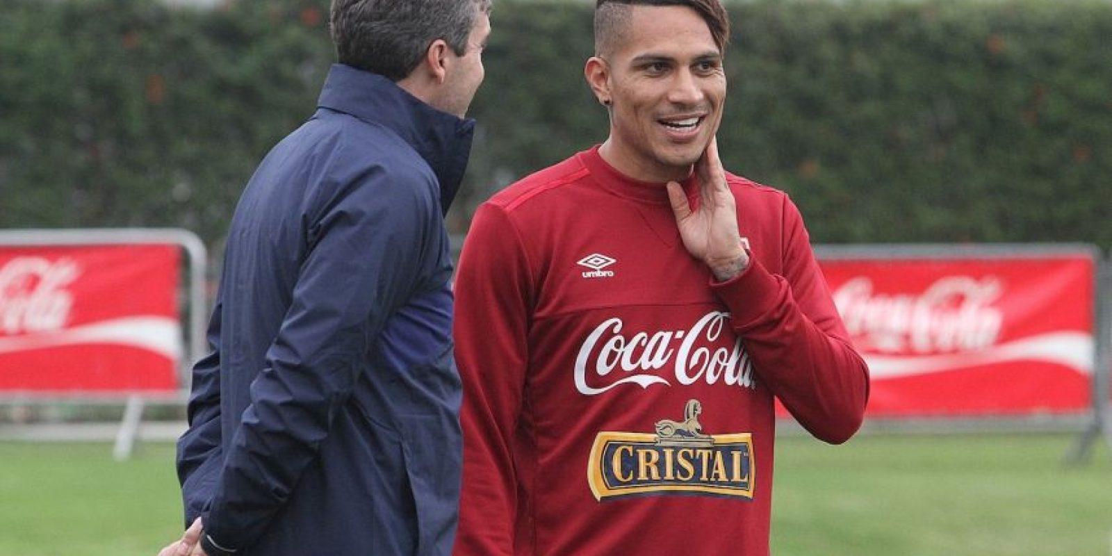 El delantero peruano lleva el corte de moda: rapado a los lados y largo arriba. Foto:Vía facebook.com/federacionperuanadefutbol