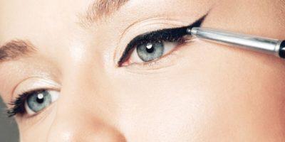Sólo basta con tomar una tarjeta y apoyarse ligeramente al final del ojo, de este modo se utilizará como guía para posteriormente usar el delineador. Foto:Pixabay