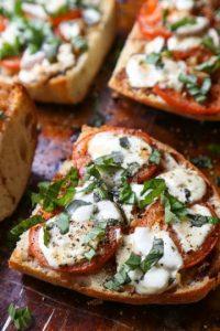 Tomate, queso, aceite de oliva. Los dioses han bajado. Foto:via /amandakbythebay.blogspot.se
