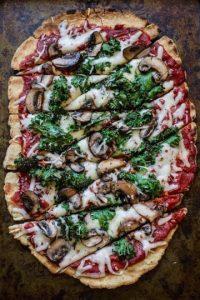 Pizza rústica, casera, con una salsa de tomate mucho mejor de lo que hayan imaginado. Foto:vía edibleperspective.com